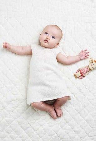 glatstrikket babykjole med rundt bærestykke
