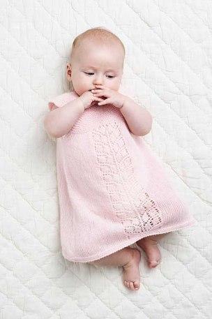 Strikket Babykjole med hulmønsterbort